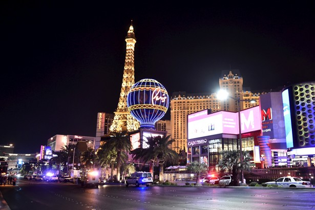 Las Vegas police investigate following a traffic accident in front of the Planet Hollywood Hotel in Las Vegas, Nevada, near the hotel and casino where the Miss Universe pageant was being held, December 20, 2015. REUTERS/David Becker - RTX1ZJLV